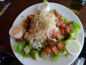 Typisch Israel: Frischeste fantasievolle Salate zu jeder Tageszeit.